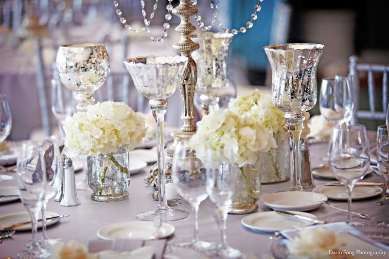 Succession de petits vases et de photophores en centre de table de mariage d coration mariage - Bougeoir centre de table mariage ...