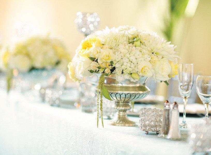 Decoration salle amriage jaune clair bleu et agrent for Centre de table argent