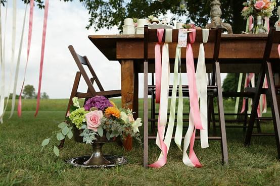 decoration de chaise de fetes avec du ruban d coration mariage tendance. Black Bedroom Furniture Sets. Home Design Ideas