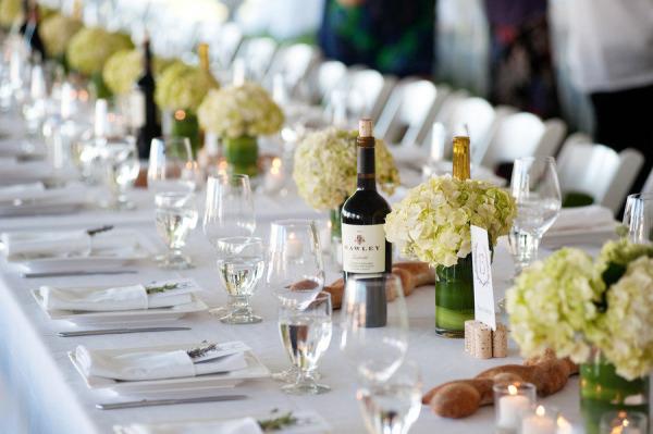 Vrai mariage champ tre rose fushia et vert anis - Decoration table mariage fleurs naturelles ...