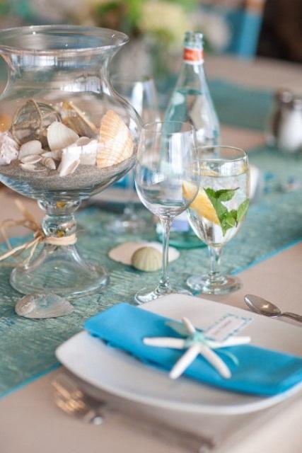 Ocean Wedding Decoration Ideas : Le bocal en verre rempli de coquillages est un centre table th?me