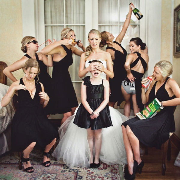 creative-funny-wedidng-photography-ideas-of-Bridebridesmaids-and-flower-girl