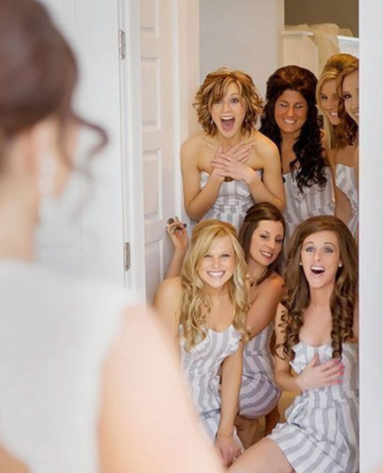 cute-wedding-photo-idea-that-do-a-first-look-with-the-bridesmaids