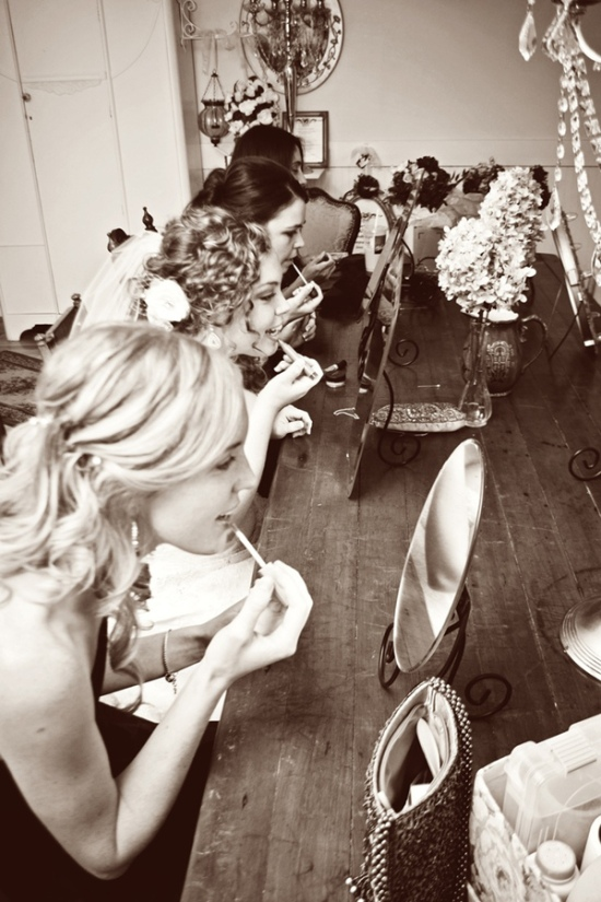 vintage-wedding-photo-ideas-with-bridesmaids-getting-ready
